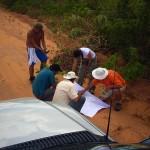 Equipe traçando planos para acessar os melhores locais para captação e registro das imagens