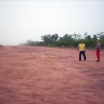 Bela pista de decolagem de avião. Shao e Toco averiguando as condições de luz do dia