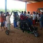 Os trabalhadores da Fazenda em uma reunião próxima do Paratrike pois todos foram lá pra ver a geringonça voadora
