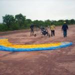 Se preparando para decolar em pista de avião particular da Fazenda. O chão de terra estava molhado, muita lama e muita dificuldade de rolagem