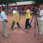 Equipe de solo preparando equipamentos de filmagem