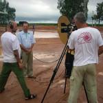 A Equipe de solo entrevistando os trabalhadores locais