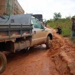 Isso é uma BR! Muita lama e buracos em uma importante estrada do Cerrado que liga Goiás a Bahia