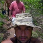 Chapéu para proteger do sol forte e caminhando pelas trilhas do Cerrado